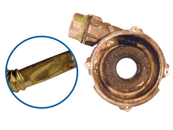 Skupljena ili oštećena cijevi za povrat ulja i dokaz curenja ulja na strani kompresora